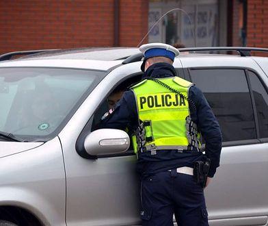 """Policjant może zatrzymac """"prawko"""" również za zbyt dużą liczbę pasażerów oraz manewr, który zagroził bezpieczeństwu innych użytkowników drogi"""