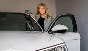 Grażyna Torbicka przy swoim nowym samochodzie