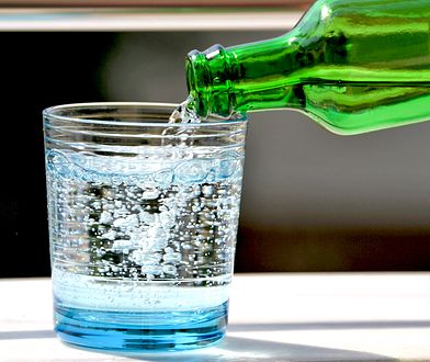 Woda mineralna i woda źródlana różnią się zawartością składników mineralnych.