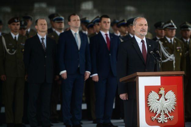 Antoni Macierewicz w czasie uroczystej promocji na pierwszy stopień oficerski żołnierzy rezerwy na pl. Piłsudskiego w Warszawie.