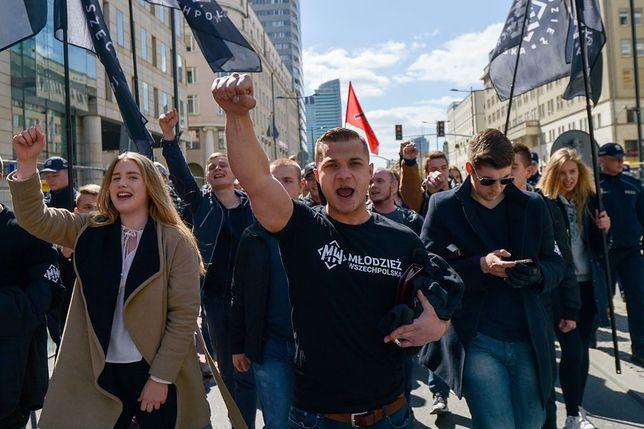 Narodowcy maszerują ulicami Warszawy.