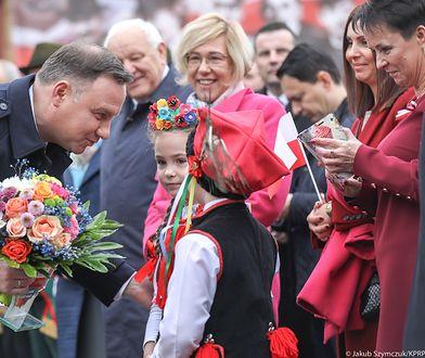 Prezydent z dziećmi ubranymi w stroje ludowe