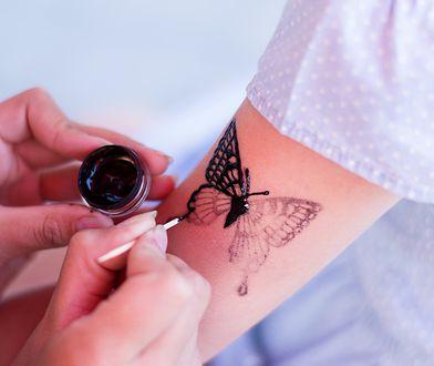 Henna ma wiele zastosowań, z których najpopularniejsze to właściwości barwiące zarówno skóry, jak i włosów.