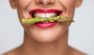 Zęby można wybielić za pomocą odpowiednich past i płynów do płukania