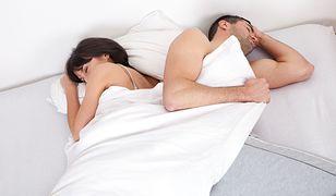 Jedną z zalet dzielenia łóżka ze swoim partnerem jest fizyczna bliskość i możliwość przytulenia się pod ciepłą kołdrą.