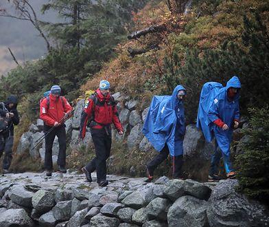 Tatry. Trudna akcja ratunkowa. Ratownicy TOPR wyruszają z Morskiego Oka w rejon Rysów