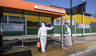 """Koronawirus. Rzeszów w żółtej strefie. """"Wracamy do początku pandemii"""". Na zdjęciu: kwietniowa dezynfekcja przystanków w Rzeszowie"""