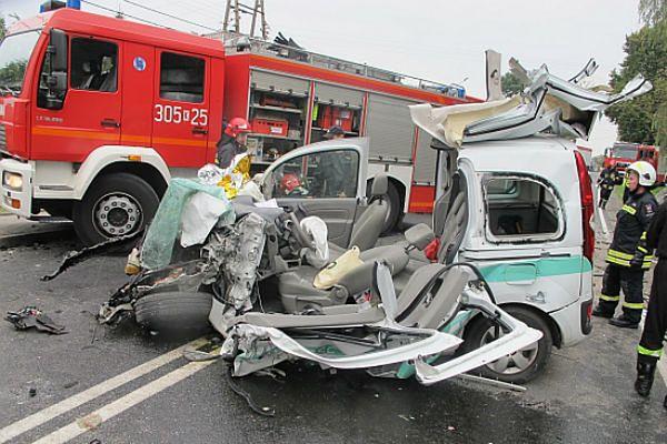 Mogło dojść do tragedii. Dwa samochody ciężarowe zderzyły się z osobówką