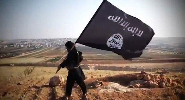 Czarna flaga Państwa Islamskiego tuż pod turecką granicą