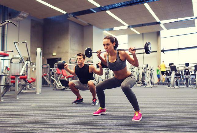 Trening siłowy wpływa na rozbudowę masy mięśniowej i spalanie tkanki tłuszczowej.
