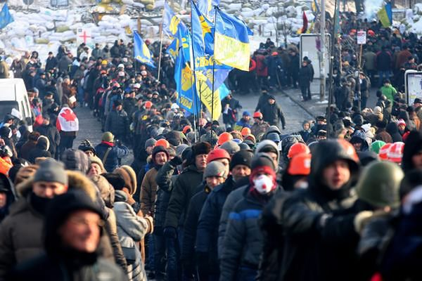 Uczestnicy protestów w Kijowie żegnają jedną z ofiar starć z milicją