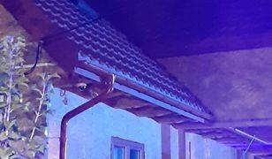 Mężczyzna schował się na dachu za kominem