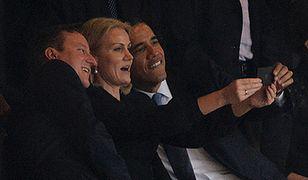Przywódcy państw robią zdjęcie podczas ceremonii pożegnalnej Mandeli