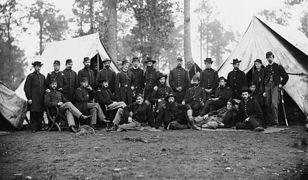 Oficerowie 80 Pułku Piechoty z Nowego Jorku w stanie Wirginia. Fotografia wykonana między sierpniem a październikiem 1863 r.