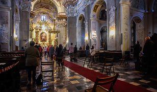 Transmisję mszy świętej można oglądać w telewizji i internecie.