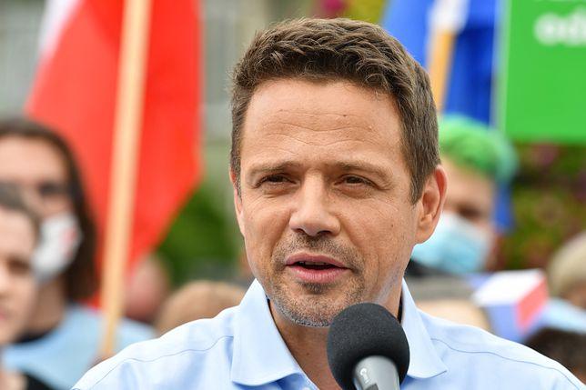 Wybory 2020. Rafał Trzaskowski atakowany przez PiS w sprawie adopcji przez pary jednopłciowe