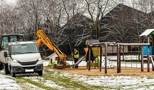 Śląskie. Wielkie kopanie placów zabaw w Bytomiu. Mimo śniegu wymieniają piasek