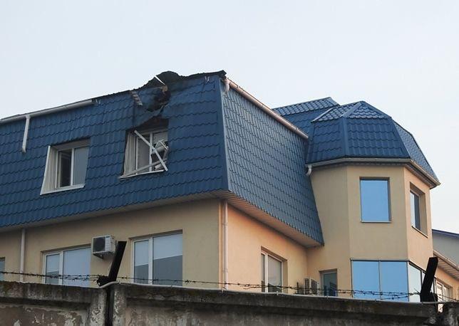 Zniszczony dach ostrzelanego konsulatu RP w Łucku