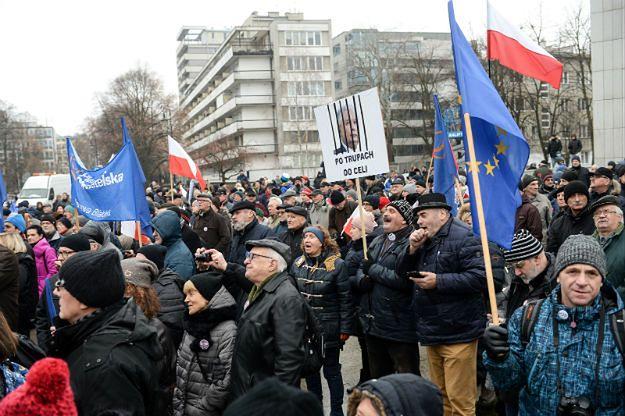 Kolejna manifestacja KOD i opozycji przed Sejmem