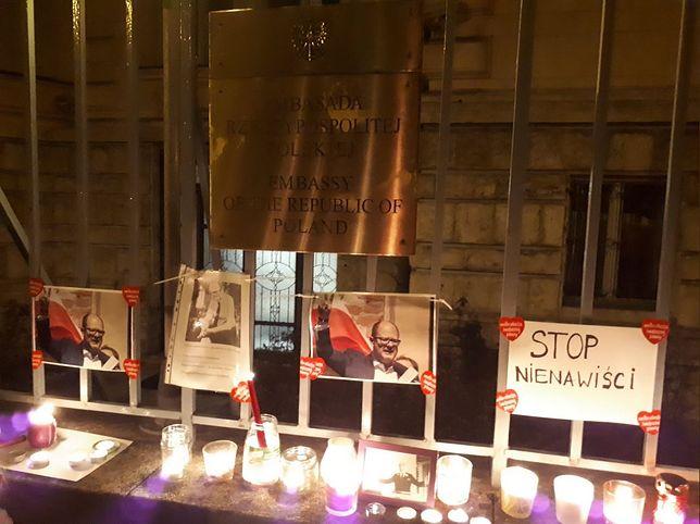Polonia uczciła pamięć Pawła Adamowicza. Znicze i kwiaty przed ambasadami