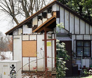 Dom, w którym mieszkał Kapuściński, jest ruiną. W środku hula wiatr
