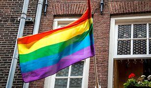 Warszawa. Za wywieszenie tęczowej flagi, grozili podpaleniem mieszkania. Jest wyrok sądu