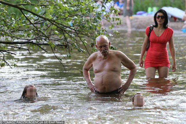 Janusz Korwin-Mikke chłodzi się nad wodą z żoną i dziećmi