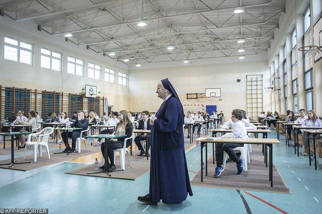 Trwa strajk nauczycieli, w kilku szkołach w organizacji egzaminu gimnazjalnego pomagają katecheci