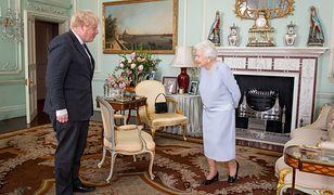 Królowa spotkała się z premierem, ale i tak wszyscy patrzą na zdjęcie na stoliku