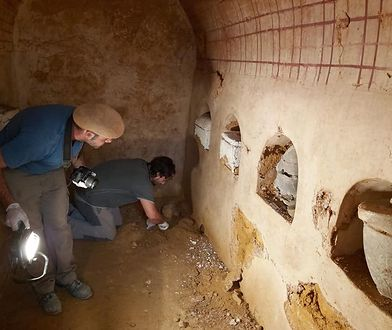 Łącznie odkryto osiem nisz, a w nich sześć urn