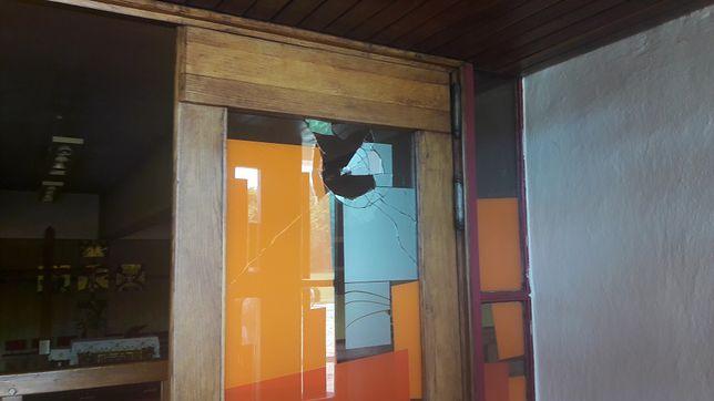 Konin. Na drzwiach kościoła krwawy napis