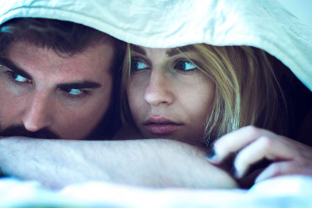 1 na 10 par Brytyjczyków nie śpi ze sobą w jednym łóżku. A Polacy?