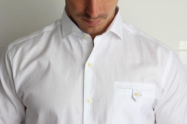 Biała lub jasna koszula to podstawa eleganckiego stroju