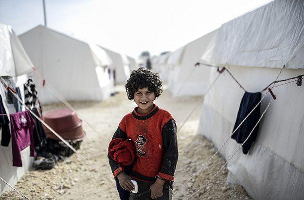 Pochodząca z Syrii kurdyjska dziewczyna w obozie dla uchodźców w Turcji