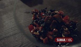 Arabska sałatka z serem i pomidorami. Podaj z grzankami