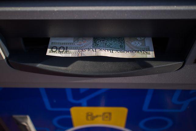 Oszust wypłacał skradzione pieniądze w bankomacie
