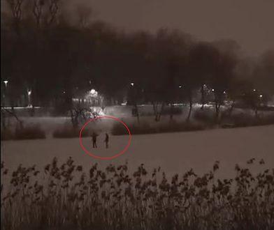 """Warszawa. Łyżwiarze na jeziorku Szczęśliwickim. Miasto apeluje: """"nie róbcie tego"""""""