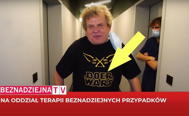 W nowym teledysku Kazik ma na sobie koszulkę z dyskusyjnym napisem
