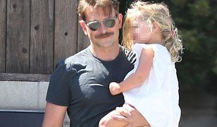 Bradley Cooper: wąs i ciemne okulary zmieniły go nie do poznania