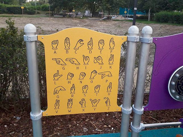 Zamieszczonym na tablicy alfabetem posługują się osoby głuche m.in. w USA