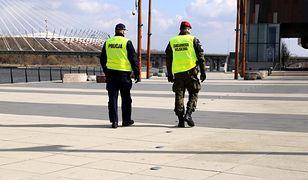 Koronawirus. Warszawa. W niedzielę i w poniedziałek policja wystawiła w sumie 162 mandaty.