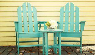 Krzesła do ogrodu świetnie wkomponują się w scenerię na tarasie.