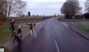 Dzieci wybiegły przed maskę rozpędzonego pojazdu