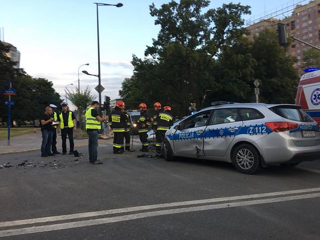 Kolizja w Warszawie. Rozbity radiowóz, dwóch policjantów trafiło do szpitala