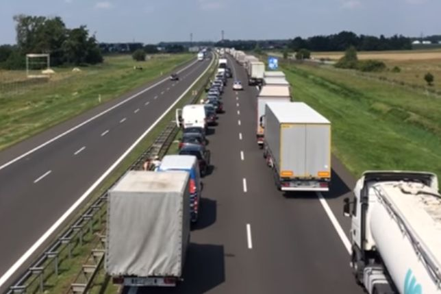Piękne zachowanie kierowców na autostradzie. Utworzyli potrzebny korytarz życia