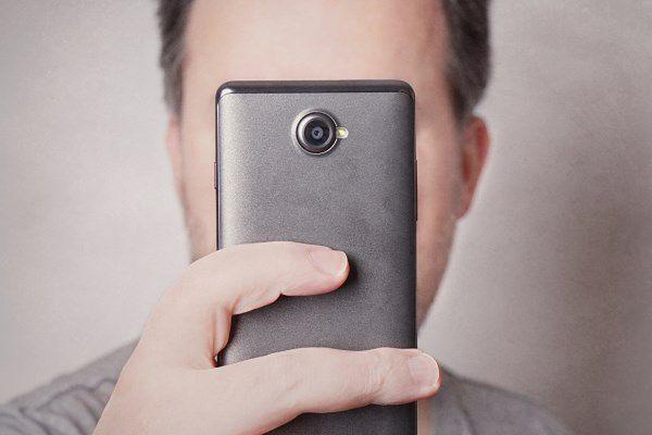 Pirackie filmy na smartfonie bez modyfikacji. Jak to możliwe?