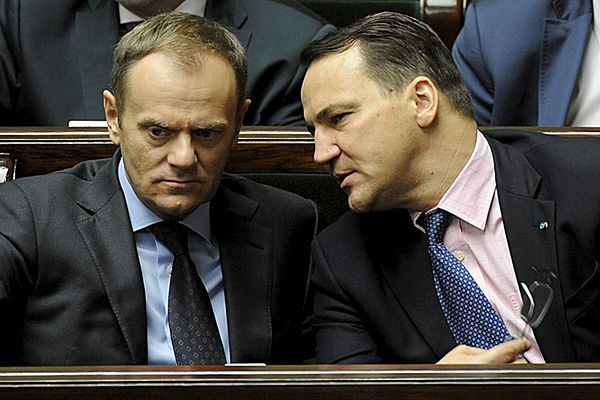 Premier Donald Tusk i minister spraw zagranicznych Radosław Sikorski