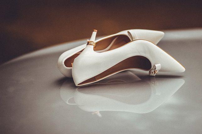 Białe szpilki to klasyczny wybór pasujący do większości ślubnych kreacji