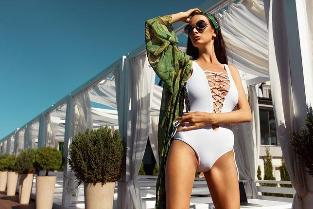 Jednoczęściowe stroje kąpielowe mogą podkreślić piękny biust, kształtne biodra i wcięcie w talii