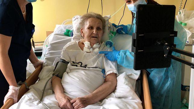 Pacjentka korzystająca z tabletu kupionego przez Fundację Profesora Ciekawskiego